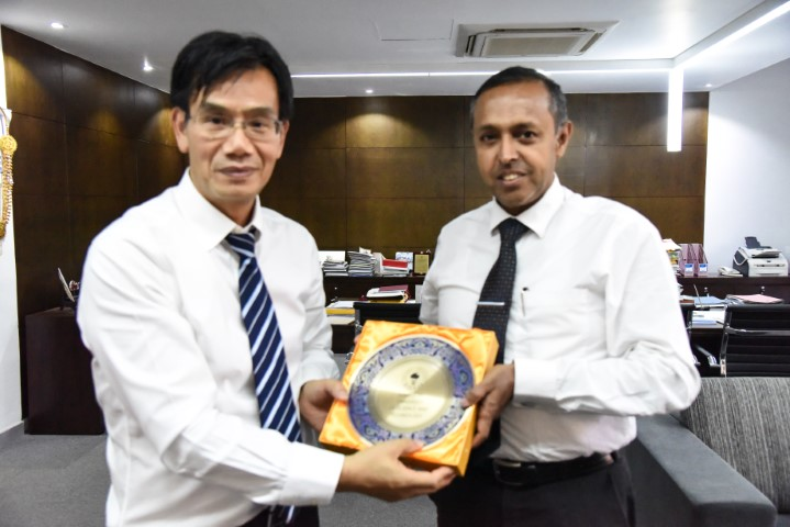 Prof. Shuang-Hua Yang, Associate Dean, Southern University of Science and Technology (SUSTech), Shenzhen Guandong, China called on the Vice Chancellor, Director/International Relations and Dean-Engineering on Monday, 10th December 2018  and had a very interesting discussion which is expected to lead to  mutually  beneficial collaborations for both SUSTech and UOM. SUSTech, which is a reasonably young University, has gained notable rankings, including top 8th in China and top ranking among the new Universities in Asia. It boasts of a faculty who are 100% PhD degree holders, 90% having overseas working experience and 60% having graduated and worked in the top universities of the world. SUSTech is now searching to recruit international PhD students, who already have completed a Masters Degree, and has reached to UoM which has a similar student population in terms of size and quality. The main items which were discussed was the collaboration between the universities in :- •	Joint PhD Programmes •	Joint Research Programmes  •	Faculty and Student exchange programmes •	Opportunity for UoM undergraduates and MSc.  students to enroll in SUSTech summer school •	Provision of funds from Chinese universities for the development of Faculty of Business •	Opportunities for academic staff who are on sabbatical leave •	Visits by distinguished faculty members of  SUSTech to UoM